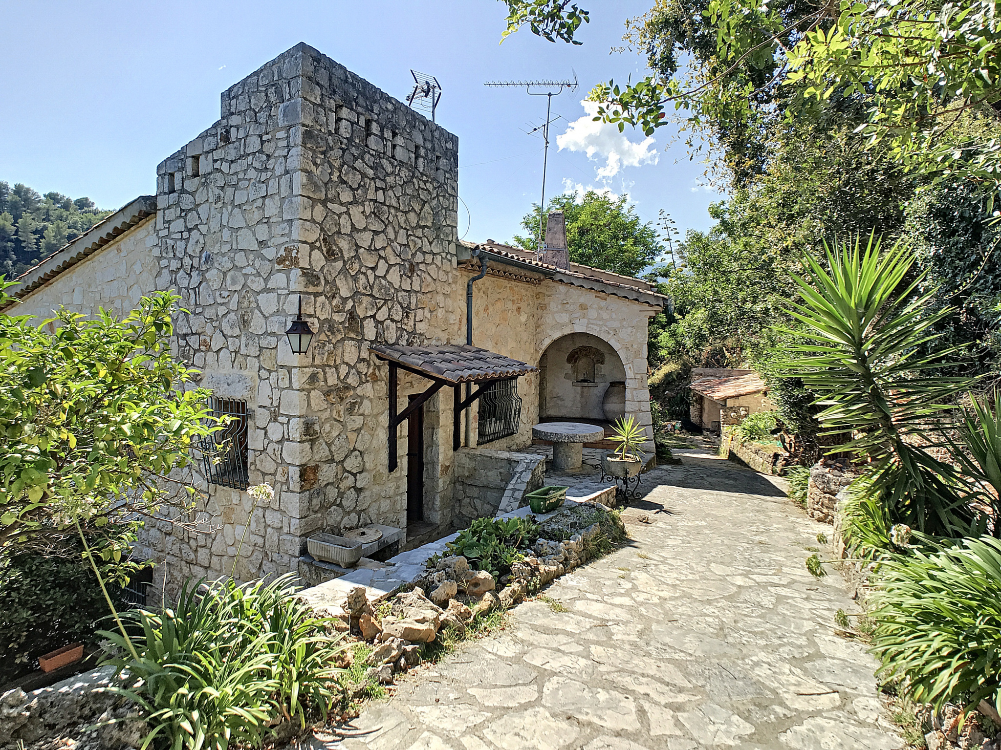 In Vence, apartment with terrace to buy for small family