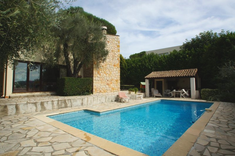 Ideal location close to the center of Cagnes in the countryside
