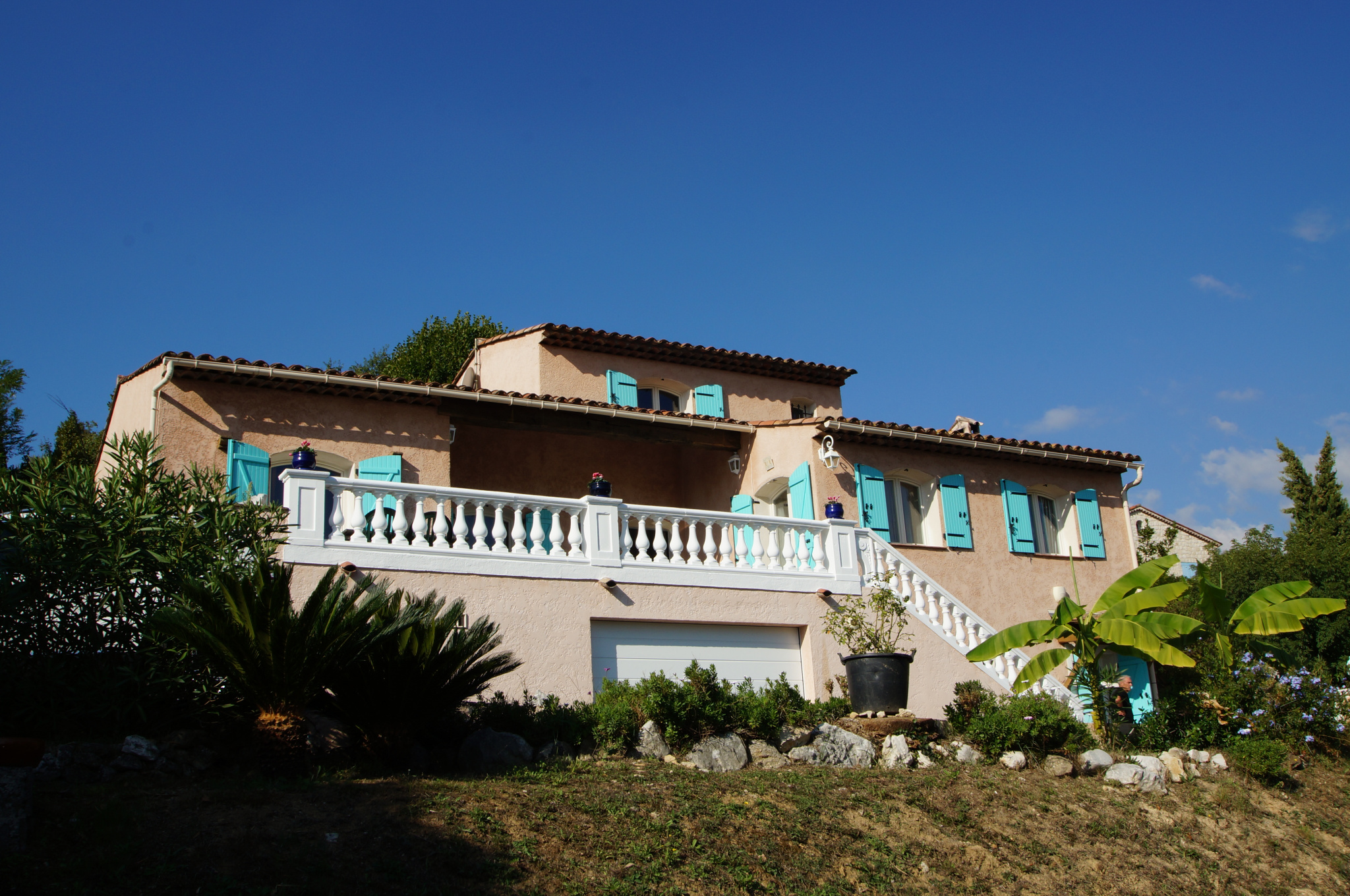 Very pretty Provencal located south of VENCE. Unobtrusive view.