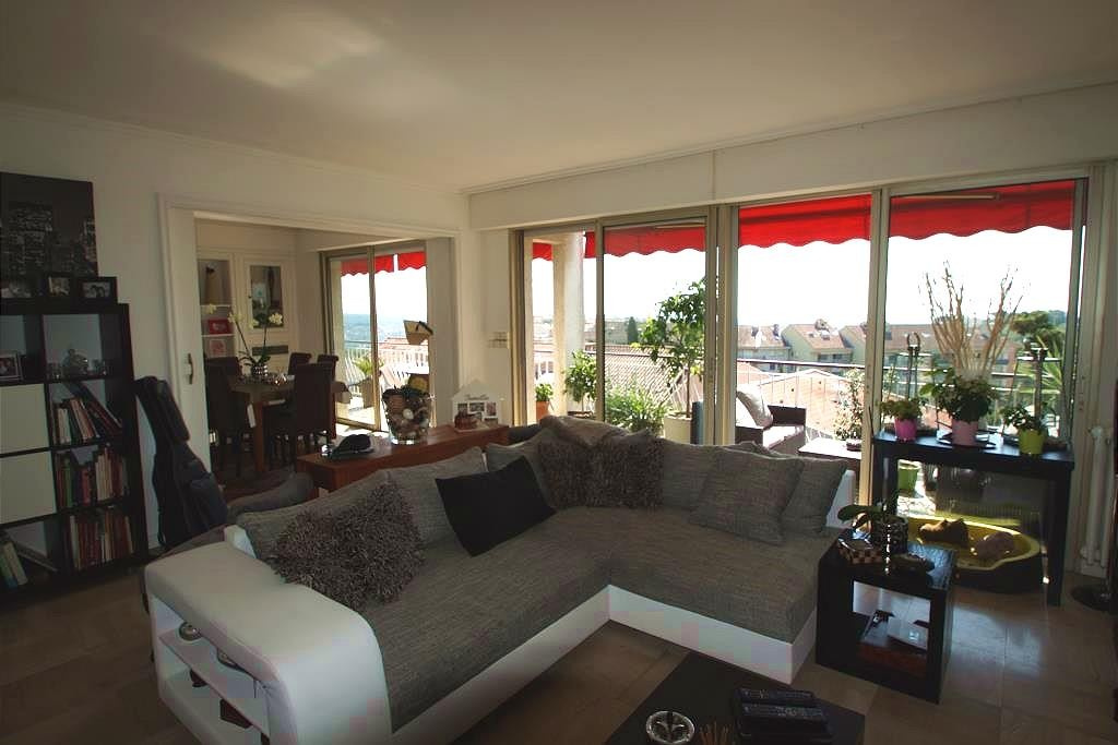 Close to DownTown Vence - in a requested residence - beautiful flat of 105m2, on the last floor - en