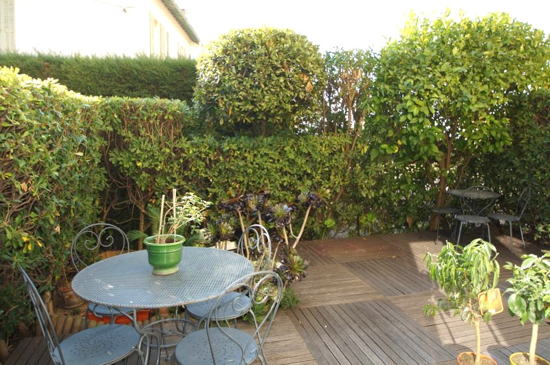 In a residential area, beautiful 4P of 78 m2 in Rez of terrace with garage.