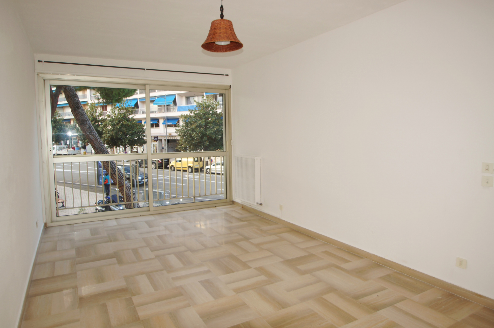 In the city center, spacious 2P of 50m ², crossing and bright.