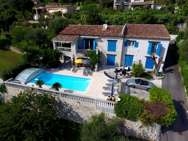 Large villa composed by several apartments. Sea view. Ideal big family.