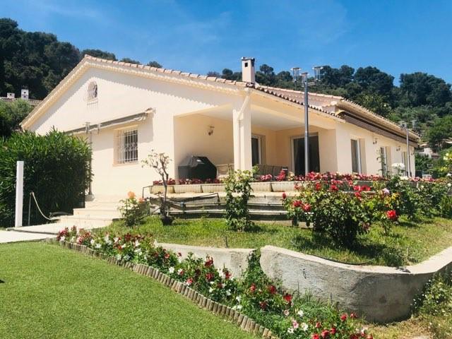 La Colle sur Loup, magnifique villa de plain-pied de 188 m2 face au village de St Paul de Vence