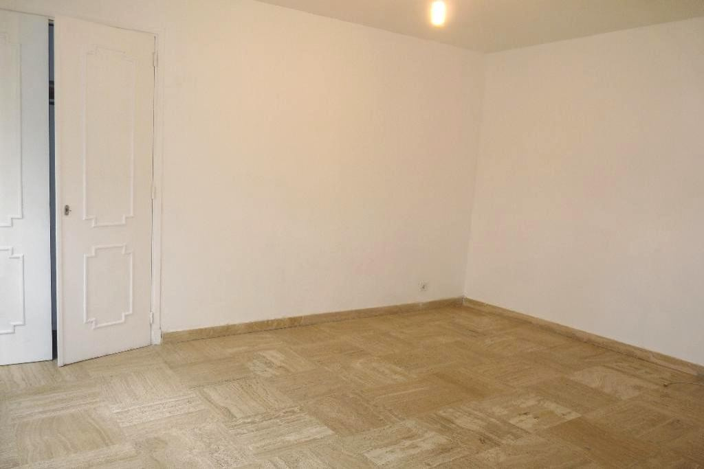 Located downtown, this studio is on the ground floor in a building with a caretaker. There is the ma
