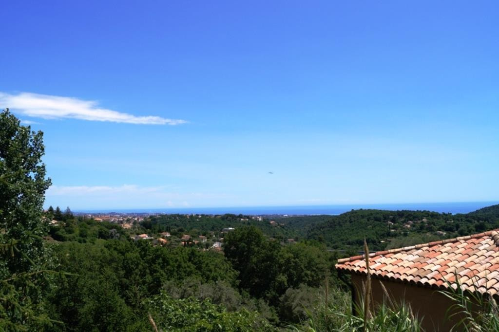 Nice dominant villa in a popular area, with sea view