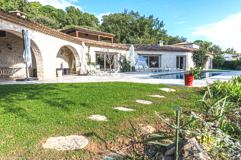 Magnificent property on the village of TOURRETTES SUR LOUP - Panoramic sea view SOUTH, with 5000 m2