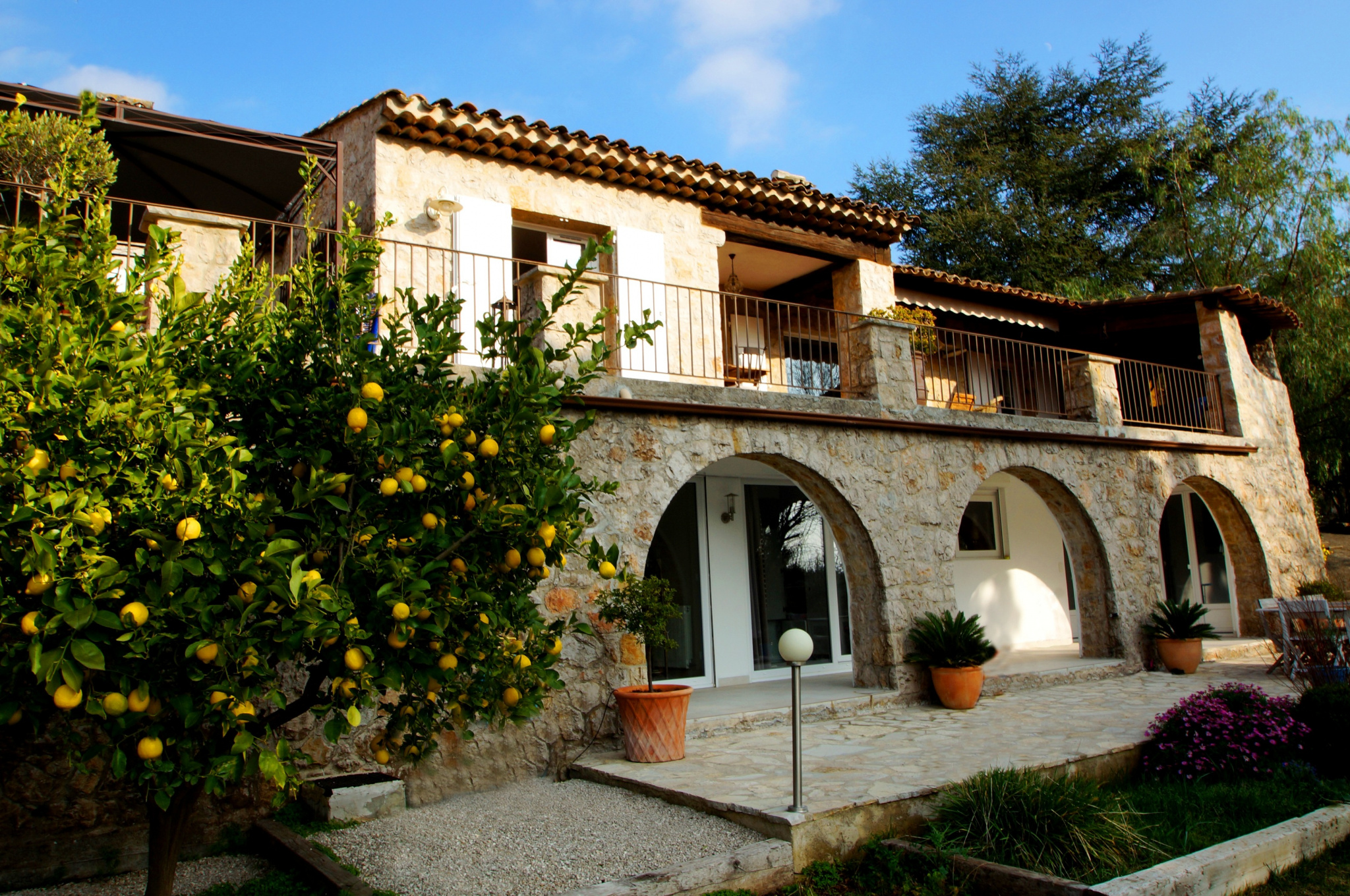 Located very close to the center town, in a residential area, beautiful stone villa of 320 sqm