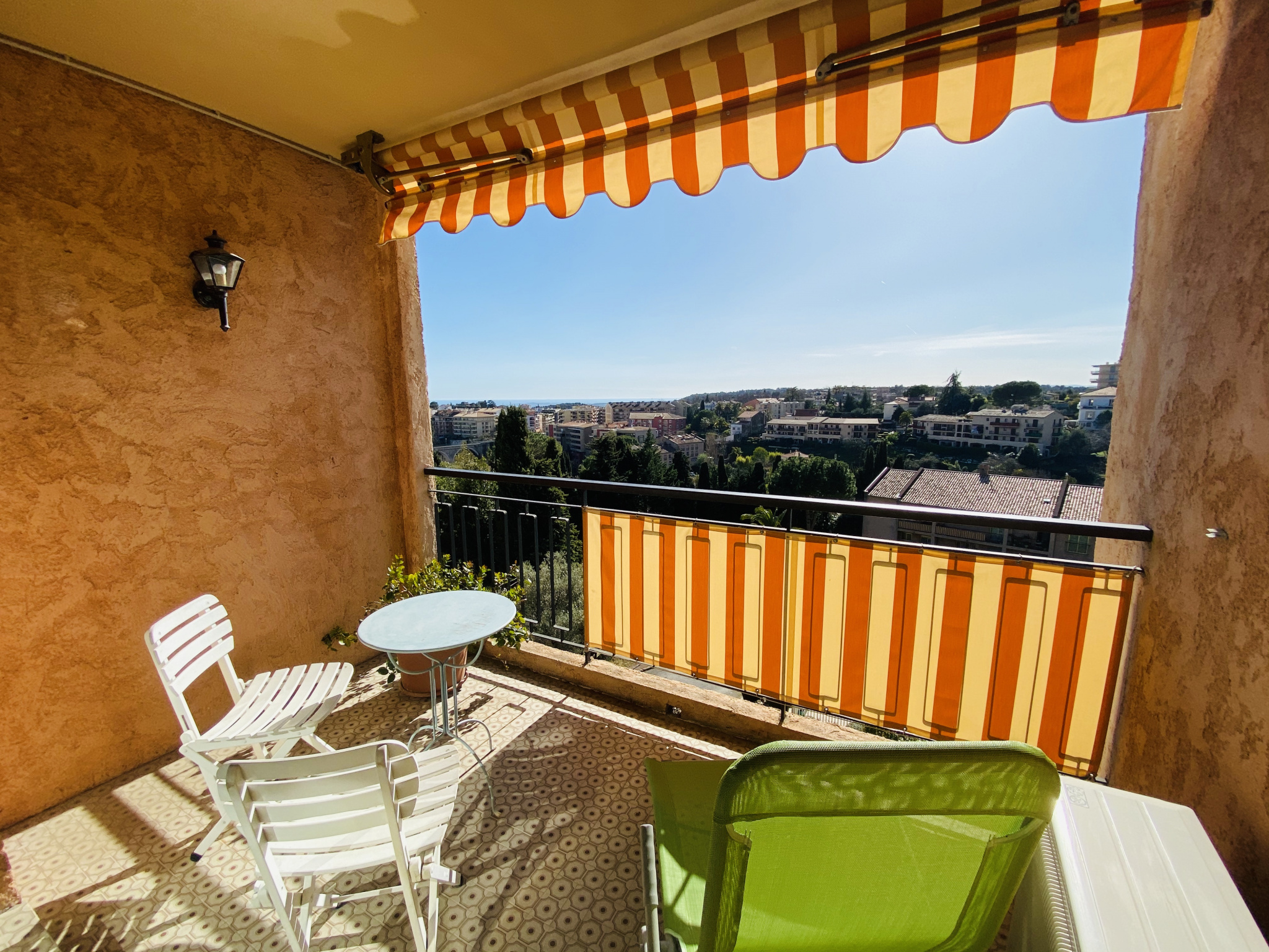 VENCE - Top floor 2-room apartment, sea view. Secure residence with swimming pool. Parking and cel