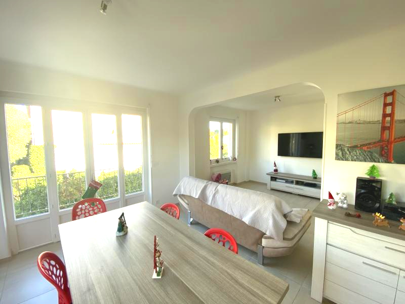 Very close to the center town  magnificent 4P fully renovated from 101 m2 on the top floor