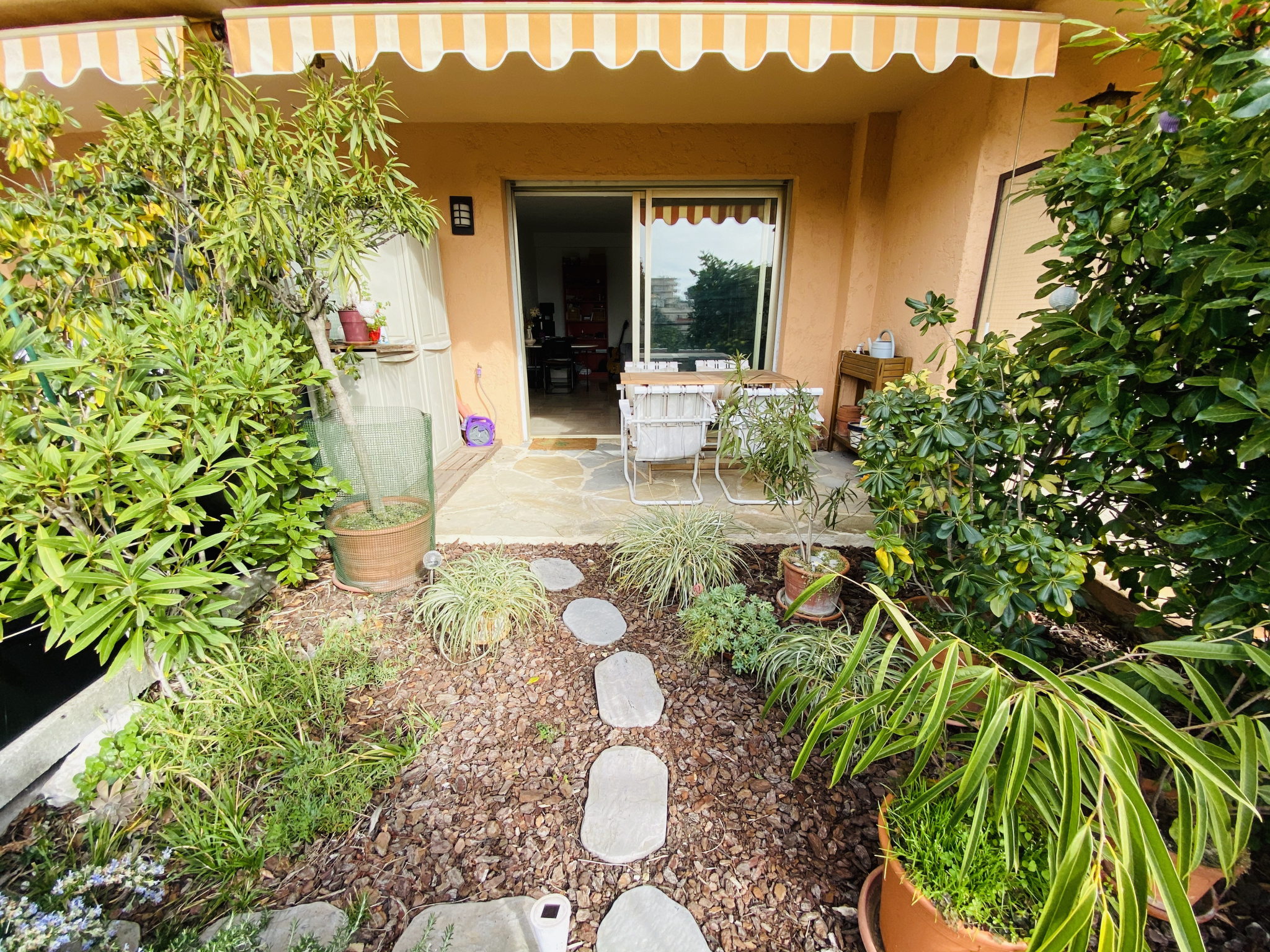 NEAR CENTER VILLE DE VENCE - 2P of 55m2 in residence with swimming pool. Terrace. Parking and cellar