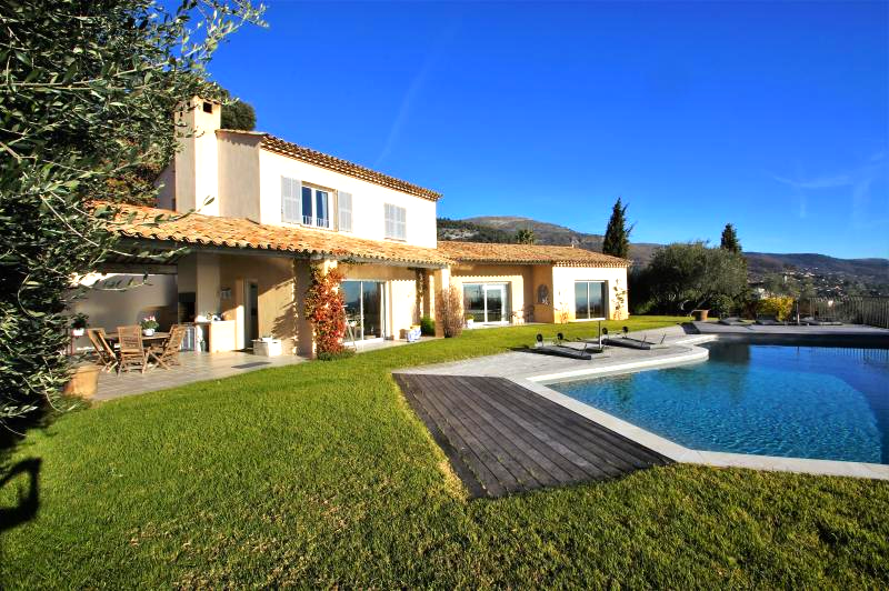 Magnificent villa with splendid views of the sea and mountains, close to the village